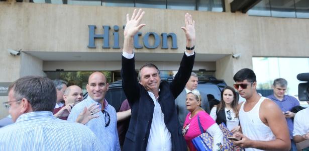 O candidato do PSL à Presidência, Jair Bolsonaro, recebe cumprimentos ao chegar no Hotel Hilton, em Copacabana, para participar de um almoço com empresários do setor de seguros