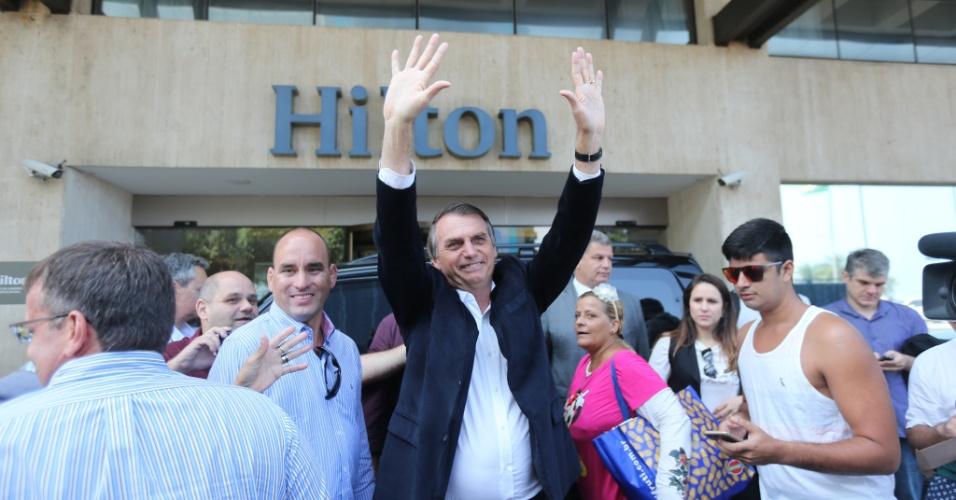 3.set.2018 - O candidato do PSL à Presidência da República, Jair Bolsonaro, recebe cumprimentos ao chegar no Hotel Hilton, em Copacabana, na zona sul do Rio de Janeiro, para participar de um almoço com empresários do setor de seguros, nesta segunda-feira