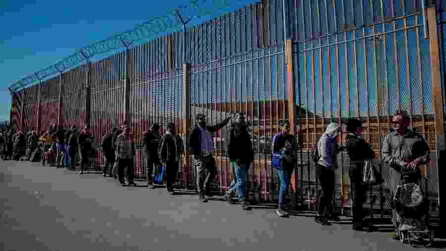 As pessoas esperam na fila para atravessar a fronteira para os Estados Unidos, em Reynosa, no México - Meridith Kohut/The New York Times