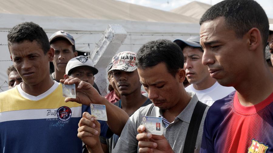 24.fev.2019 - Jean Carlos Cesar Parra, Carlos Eduardo Zapata e Jorge Luis Gonzalez Romero desertaram da Guarda Nacional Bolivariana, da Venezuela - Ricardo Moraes/Moraes