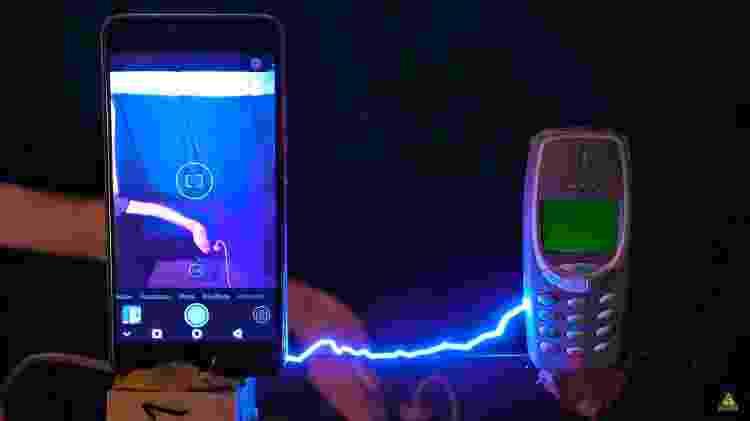 4 - Isso é o que acontece ao carregar um Nokia 3310 com 1 milhão de volts - Reprodução/Kereosan - Reprodução/Kereosan
