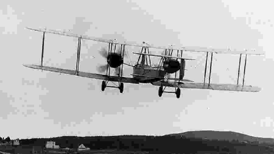 Bimotor Vickers pilotado pelo capitão John Alcock e pelo tenente Arthur Whitten Brown fez o primeiro voo transatlântico sem escalas da história, em 1919 - Reprodução/brooklandsmuseum.com