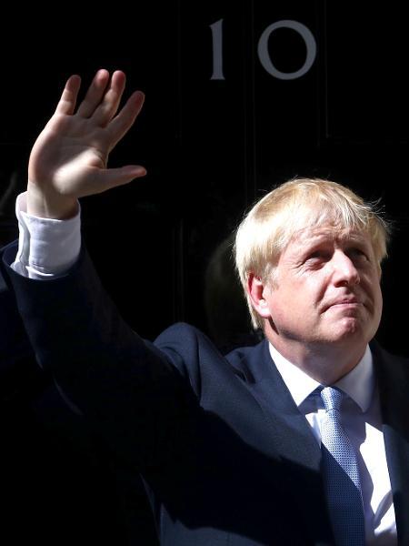 Boris Johnson, acena para jornalistas antes de entrar na residência oficial em Downing Street, em Londres - Hannah McKay/Reuters