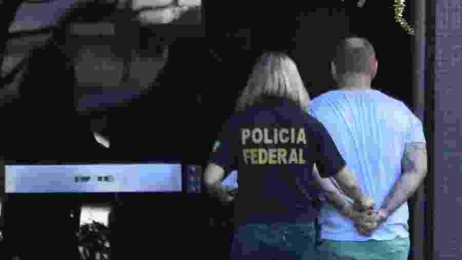 25.jul.2019 - Suspeito preso na operação Spoofing é levado por policiais federais - Mateus Bonomi/Folhapress