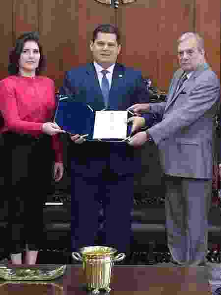 Senador Tasso Jereissati (PSDB-CE) entrega relatório da reforma da Previdência ao presidente do Senado, Davi Alcolumbre (centro) e à presidente da CCJ, Simone Tebet (MDB-RS)) - Marcos Brandão/Senado Federal