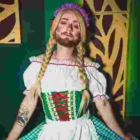 Jonathan Chasko vestido de Sofia Ariel para dar aulas - Arquivo pessoal