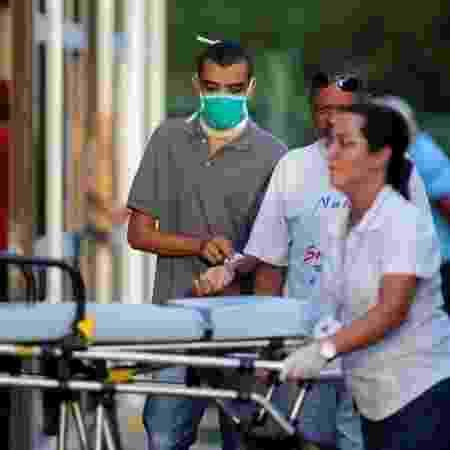 Homem utiliza máscara de proteção em hospital de Brasília (DF) durante pandemia de coronavírus - Adriano Machado