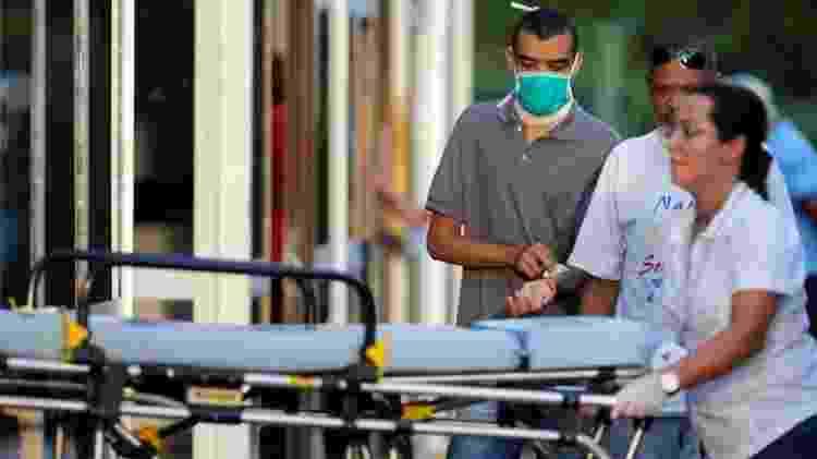 Homem utiliza máscara de proteção em hospital de Brasília (DF) durante pandemia de coronavírus - Adriano Machado - Adriano Machado