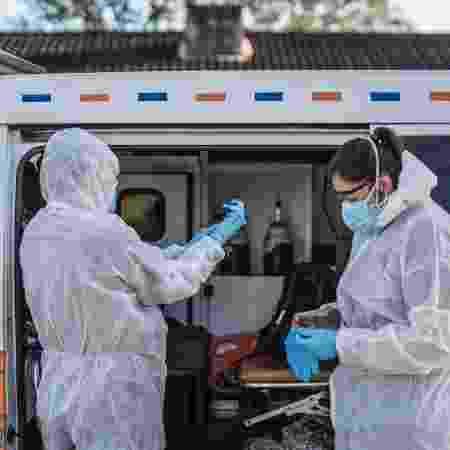 Uma equipe médica em Port Elizabeth, na África do Sul, trabalhando durante a pandemia de coronavírus  - MARCO LONGARI / AFP