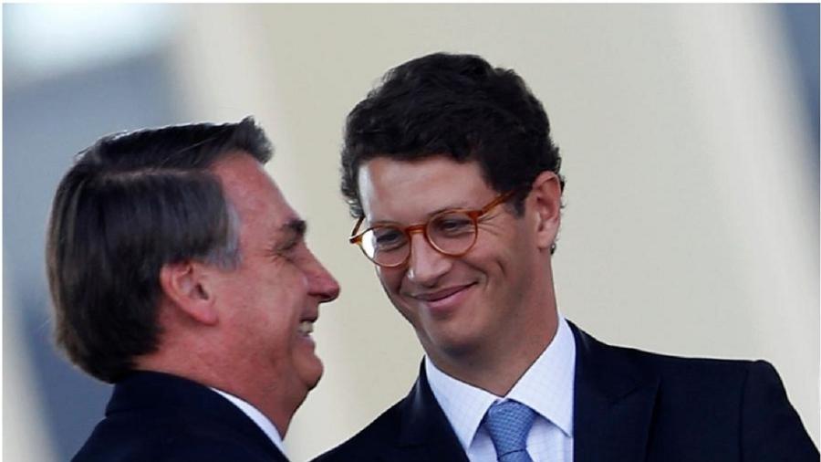 Bolsonaro e Ricardo Salles sorrindo  - Reprodução