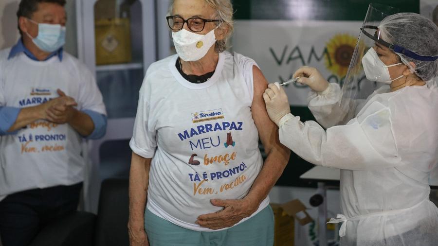 18.jan.2021 - A médica Amarilis Borba recebe dose da CoronaVac na Secretaria de Estado da Saúde do Piauí - João Allbert/Estadão Conteúdo