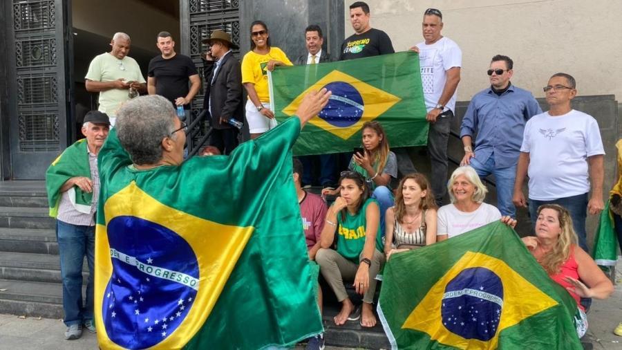 18.fev.2021 - Apoiadores do deputado federal Daniel Silveira foram por dois dias à sede da PF, onde ele ficou preso - Herculano Barreto Filho/UOL