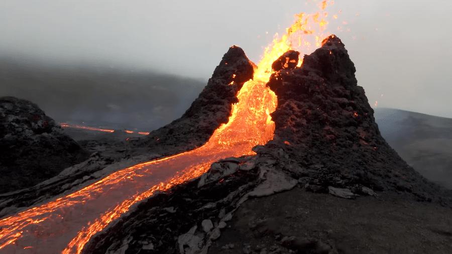 Imagem impressionante do vulcão em erupção na região de Fagradalsfjall, na Islândia - Bjorn Steinbakk/Reprodução/YouTube