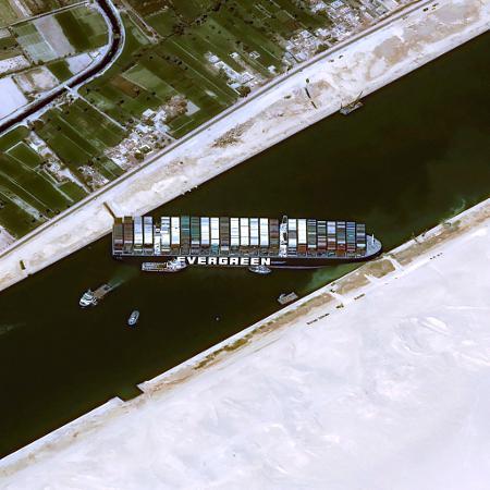 Arquivo - Navio Ever Given encalhado no Canal de Suez; serão necessários três dias e meio para que todos os navios em espera atravessem o canal - AFP/CNES 2020