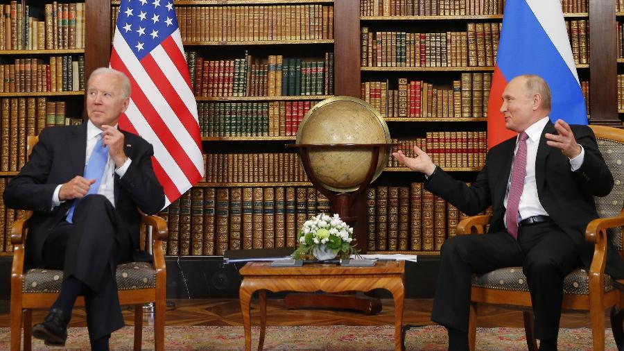 Os presidentes dos Estados Unidos, Joe Biden (à esq.), e da Rússia, Vladimir Putin, durante encontro bilateral em Genebra, na Suíça - Denis Balibouse/EFE