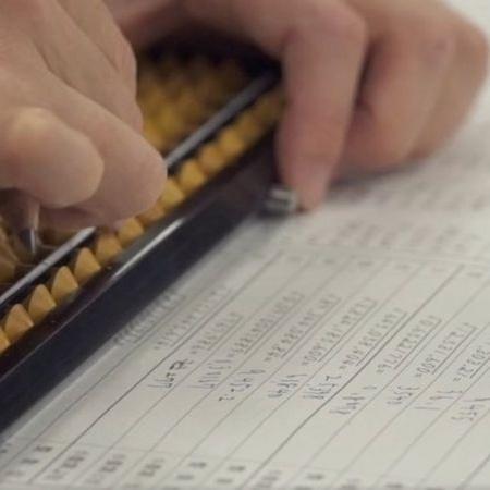Estudantes no Japão continuam a aprender aritmética com ábaco - BBC