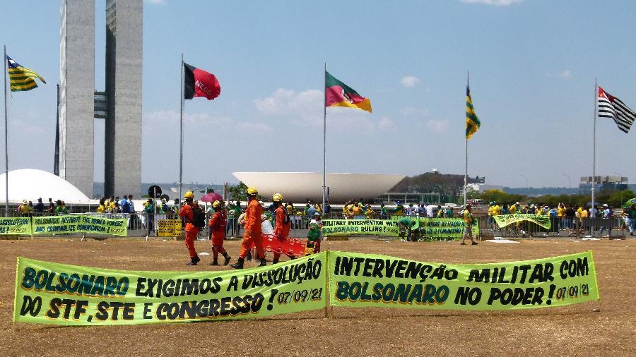 Faixas estendidas por bolsonaristas na frente do Congresso pedem dissolução de instituições - Rubens Valente / UOL