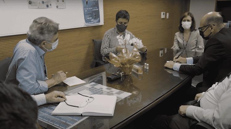 Em vídeo divulgado pelo Instituto Butantan no mês de janeiro, Ricardo de Palacios (ao centro) divulga em primeira mão a taxa de eficácia da CoronaVac aos seus colegas - Reprodução YouTube Instituto Butantan - Reprodução YouTube Instituto Butantan