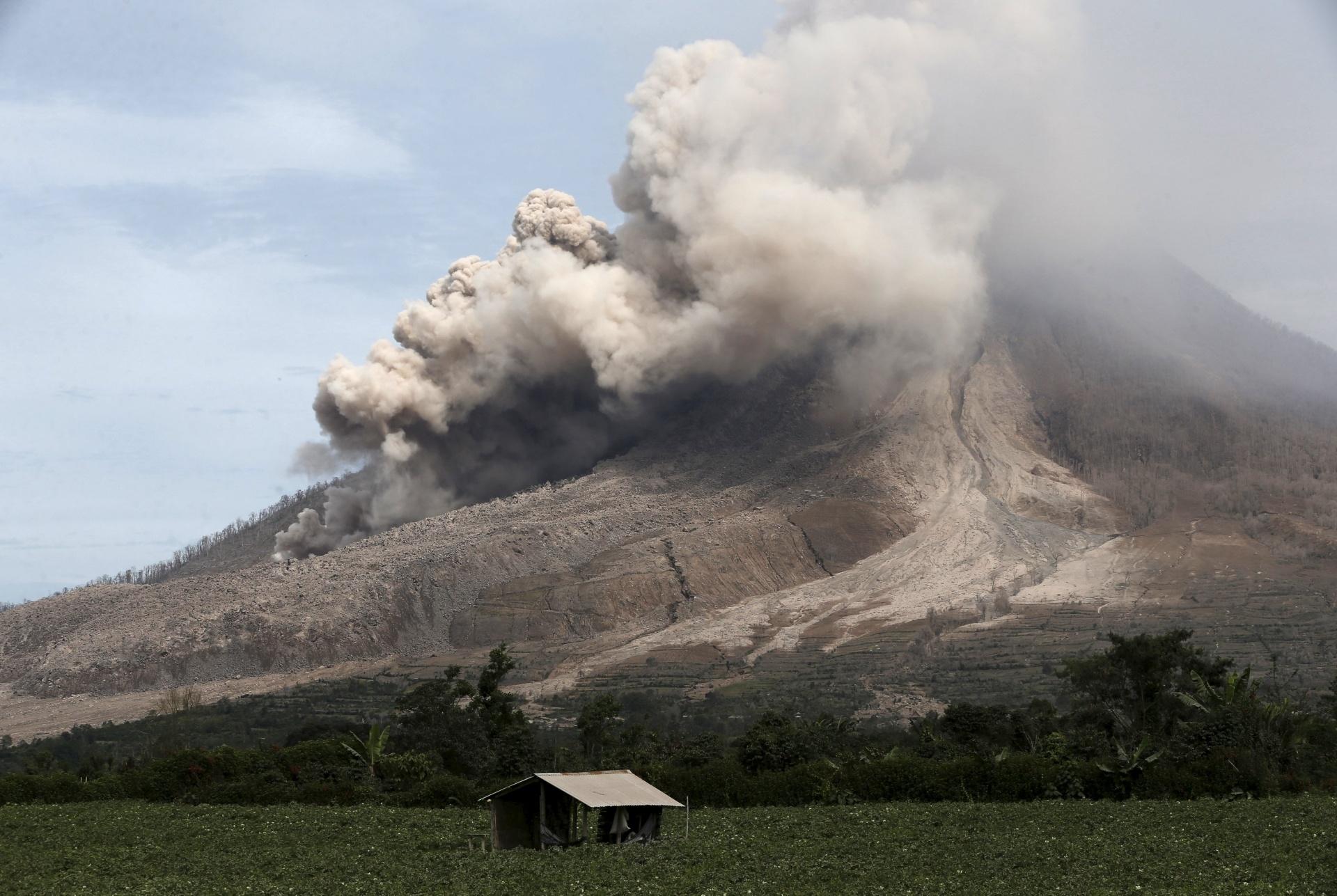 20.jun.2015 - Cinzas são expelidas pelo vulcão Sinabung, na província de Sumatra do Norte, na Indonésia, na manhã deste sábado (20). Mais de dez mil pessoas já tiveram de deixar suas casas enquanto o vulcão tem seu maior período de atividade desde 2013