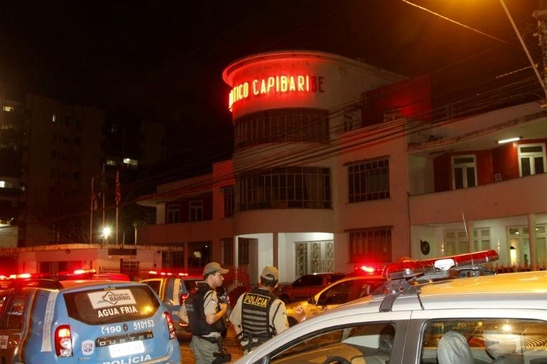 9.set.2015 - Sede do clube Náutico vira palco para confronto de torcedores no Recife