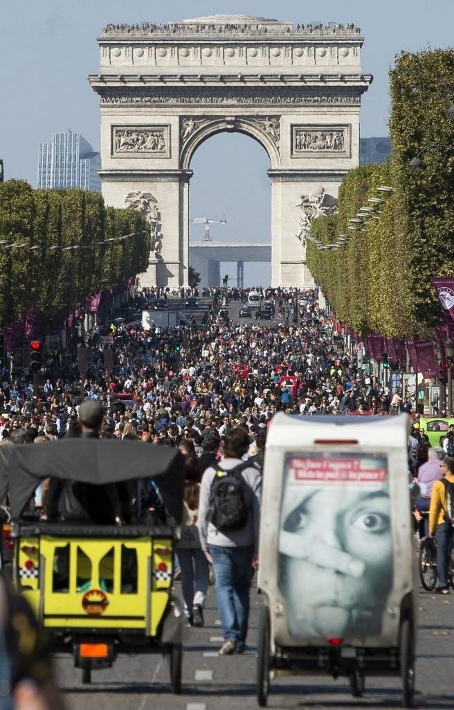27.set.2015 - População lota a avenida Champs Elysee durante o
