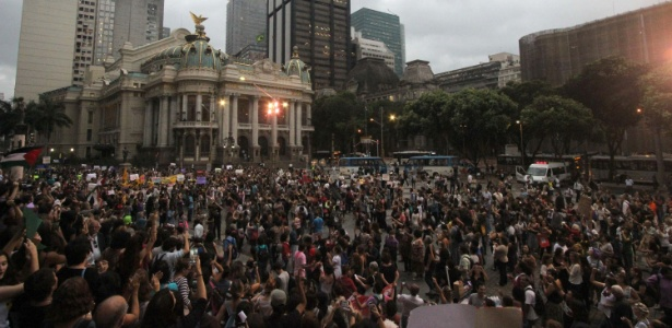 Manifestantes se reuniram na Cinelândia, no Rio, para protestar contra o deputado Eduardo Cunha (PMDB-RJ)