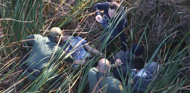 10.dez.2015 - Patrulha prende imigrantes que se escondiam em matagal no Texas (Estados Unidos), em fronteira do país com o México