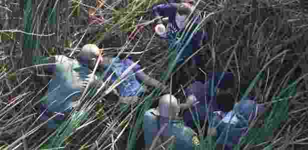 10.dez.2015 - Patrulha prende imigrantes que se escondiam em matagal no Texas (Estados Unidos), em fronteira do país com o México - John Moore/Getty Images/AFP