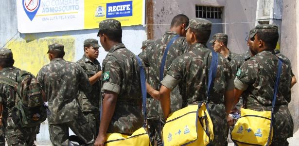 Exército brasileiro está nas ruas para ajudar na luta contra a dengue, mas ação dos cientistas pode ser vital