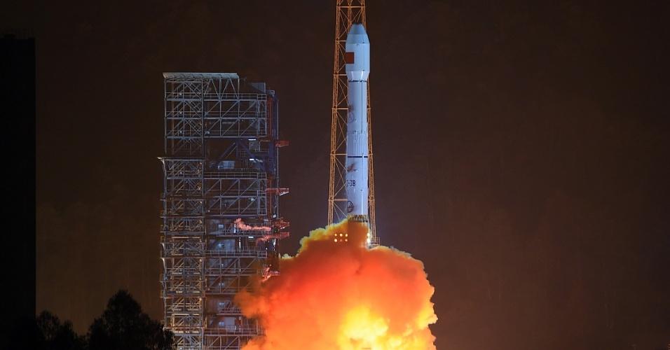 28.dez.2015 - Foguete chinês é lançado com o satélite Gaofen-4, em Xichang, no sudoeste da China. Lançamento ocorreu já na madrugada local do dia 29 de dezembro. O foguete carrega o mais sofisticado satélite de observação da China, como parte do projeto do país de observação da Terra em alta definição