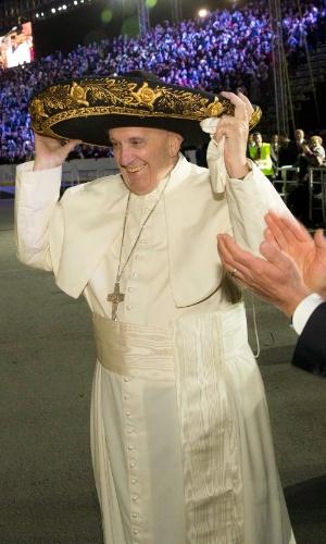 12.fev.2016 - Papa Francisco usa sombrero ao ser recebido pelo presidente do México, Enrique Pena Nieto, na chegada do pontífice ao Aeroporto Internacional Benito Juarez, na Cidade do México. Um grupo de