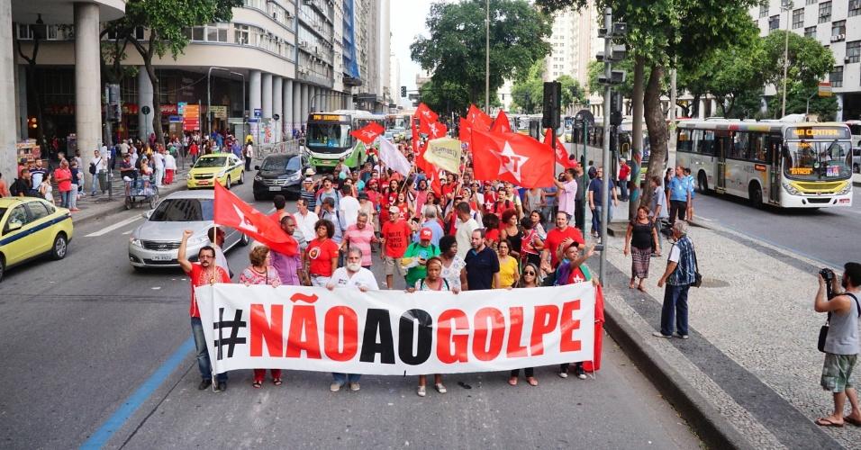 4.mar.2016 - Rio de Janeiro também teve ato pró-Lula, chamado pelo diretório do PT e pela CUT. O ex-presidente Luiz Inácio Lula da Silva (PT) é o principal investigado da 24ª fase da Operação Lava Jato