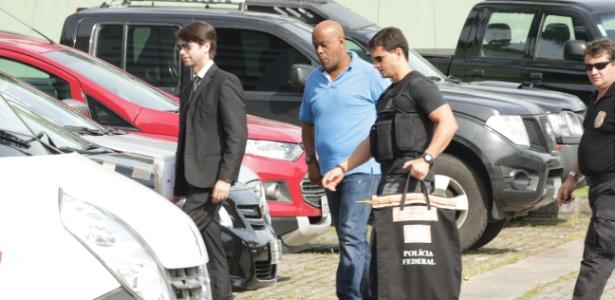 André Negão (de camiseta azul) é levado por policiais federais em ação da Lava Jato