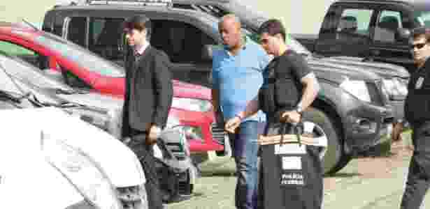 André Negão (camisa azul) é levado para depor por policiais federais em SP - Danilo Verpa/Folhapress