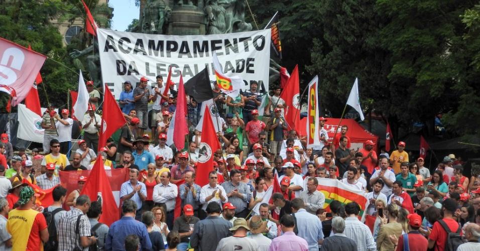 14.abr.2016 - Manifestantes de movimentos sociais e centrais sindicais que compõe a Frente Brasil Popular concedem entrevista coletiva em Porto Alegre para divulgar a agenda de manifestações pró-Dilma até o próximo domingo (17), quando será votado na Câmara dos Deputados o processo de impeachment da presidente