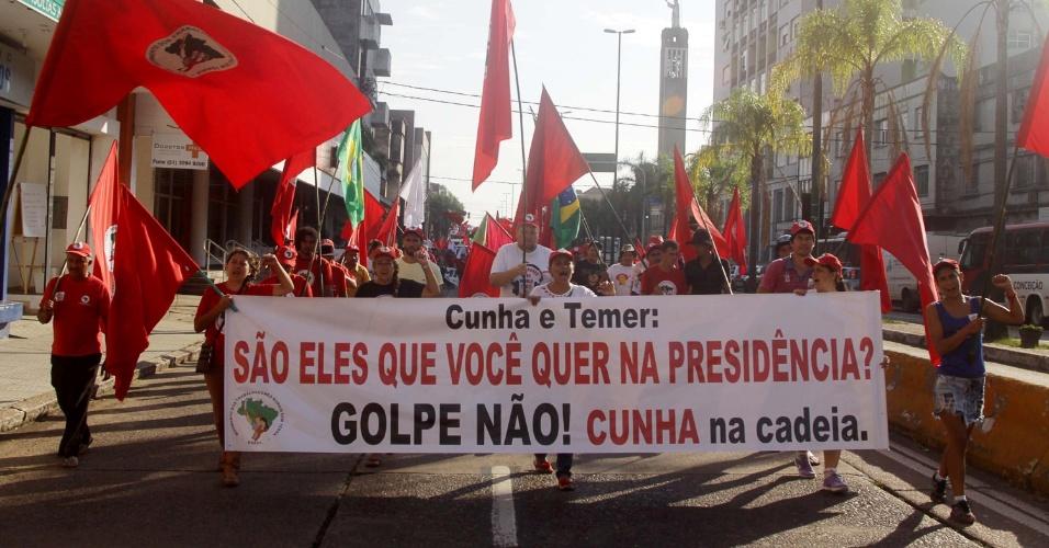 15.abr.2016 -  Manifestantes realizam ato a favor do governo da presidente Dilma Rousseff, em Porto Alegre (RS). O grupo chegou a bloquear a ponte do Guaíba no sentido Interior-Capital por volta das 8h e causou congestionamento no local. Os manifestantes, que carregam bandeiras da Fetraf-Sul, PT, CUT e Via Campesina, seguiram pelas avenidas Sertório e Farrapos, onde se encontraram com integrantes do Movimento dos Trabalhadores Rurais Sem Terra (MST). A caminhada tem como destino a Praça da Matriz