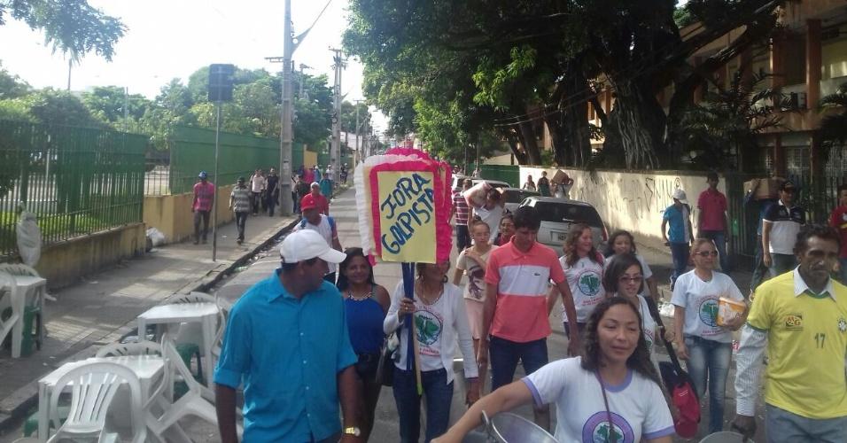 16.abr.2016 - Membros do Movimento dos Atingidos por Barragens fazem protesto em apoio à presidente Dilma Rousseff, em Fortaleza (CE). A imagem foi enviada pelo internauta Osvaldo Bernardo para o WhatsApp do UOL (11) 95520-5752