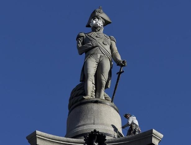 18.abr.2016 - Máscara de ar colocada no topo da Coluna de Nelson em Trafalgar Square, no centro de Londres. Os ativistas do Greepeace protestam contra o aumento da poluição do ar na capital britânica