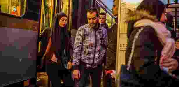 29.mar.2016 - Parada de bonde elétrico no bairro de Molenbeek, em Bruxelas, na Bélgica - Daniel Berehulak/The New York Times - Daniel Berehulak/The New York Times