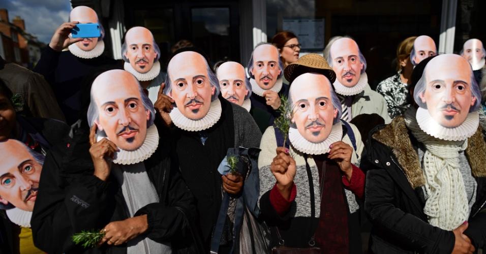 """23.abr.2016 - Usando máscaras do """"Bardo de Avon"""", como também era chamado o poeta, dramaturgo e ator inglês Willian Shakespeare, em Stratford-upon-Avon, no centro da Inglaterra. O local é a cidade-natal de Shakespeare, que lembra os 400 anos da sua morte"""