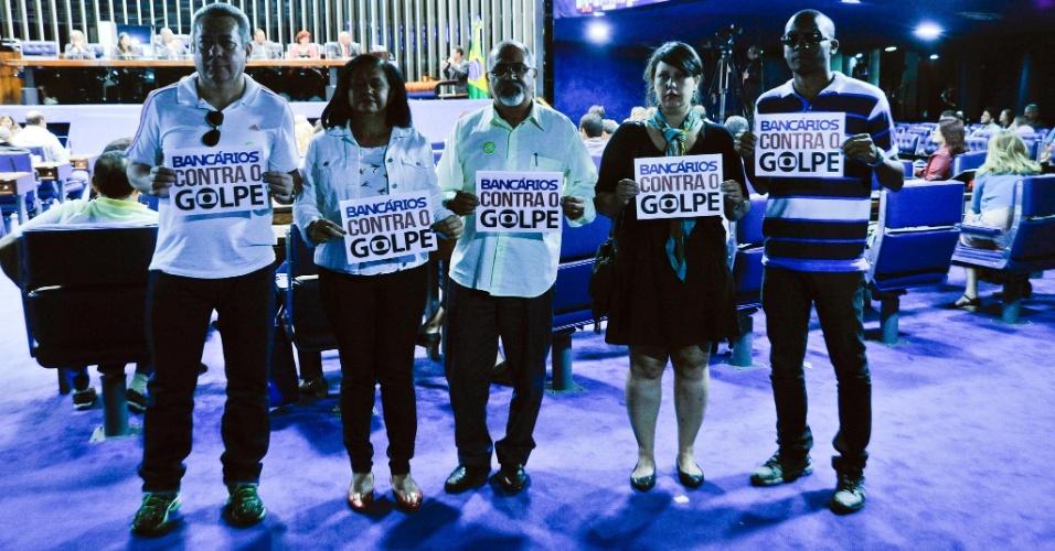 2.mai.2016 - Bancários se manifestam contra o processo de impeachment da presidente Dilma Rousseff durante sessão especial em comemoração ao Dia Mundial do Trabalhador