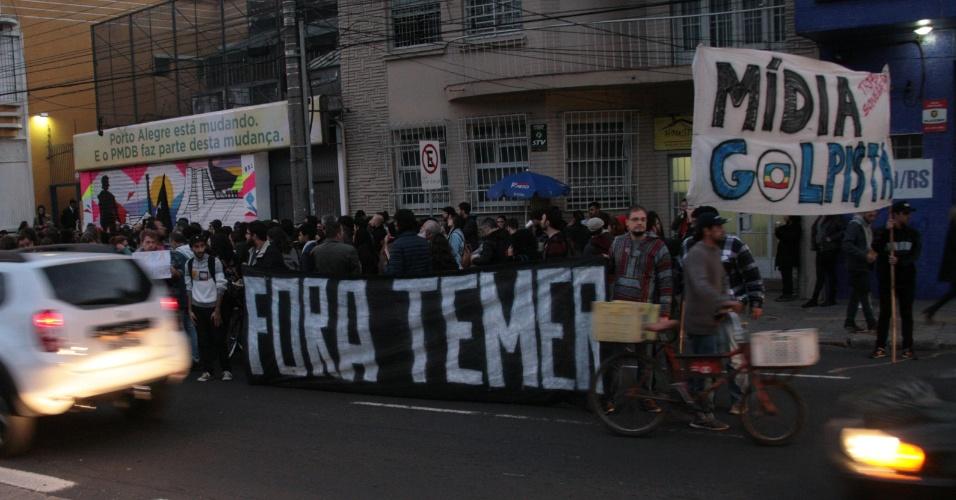12.mai.2016 - Manifestantes contrários ao impeachment da presidente afastada, Dilma Rousseff, protestam em frente ao diretório do PMDB em Porto Alegre (RS), no bairro Cidade Baixa. A fachada da sede foi alvo de pichações, assim como a calçada. Os diretórios do partido em São Paulo e em Campinas também foram alvos de protesto