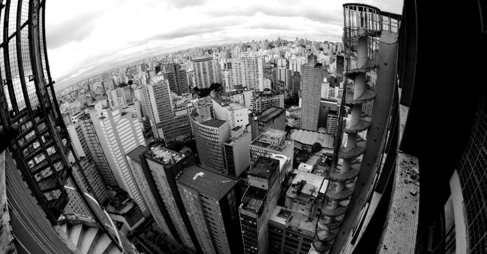 24.mai.2016 - Há 50 anos, a hoje maior cidade da América do Sul vivia um processo intenso de verticalização da sua região central, transformando-se nessa ?selva de pedra? como conhecemos hoje. Passar pelo número 200 da emblemática avenida Ipiranga, no centro de São Paulo, é como reviver esse período