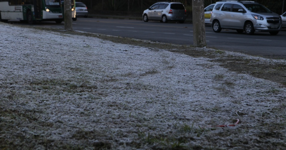 13.jun.2016 - Gramado fica coberto de gelo na avenida Miguel Estéfano, na zona sul de São Paulo. A cidade registrou a menor temperatura dos últimos 12 anos. Segundo medição do Centro de Gerenciamento de Emergências, a temperatura média da capital atingiu 3,6ºC