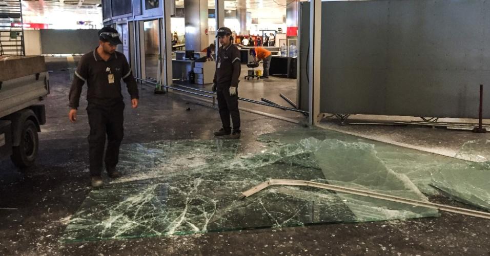 29.jun.2016 - Funcionários do aeroporto de Ataturk, em Istambul, iniciam o trabalho de limpeza no local após o ataque suicida que deixou mais de 40 mortos nesta terça-feira (28). O aeroporto, o maior da cidade turca, fica na parte europeia de Istambul. Nenhum grupo reivindicou a autoria do atentado até agora. Segundo o premiê turco, Benali Yildirim, as investigações apontam que o Estado Islâmico orquestrou os ataques e que os terroristas teriam chegado ao aeroporto de táxi