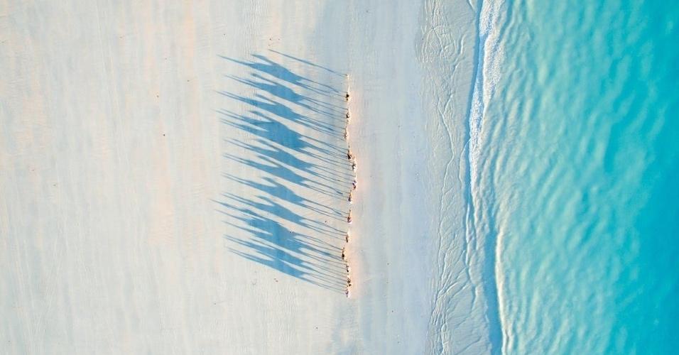 """7.jul.2016 - Todd Kennedy conquistou o segundo lugar com uma foto que tirou com seu drone em sua lua de mel em Cable Beach, oeste da Austrália. """"Quando chegamos em Broome, reservamos um tour de camelo para ver o pôr do sol, uma experiência incrível e uma excelente oportunidade para fazer imagens de sombras para a série que comecei desde que entrei para a categoria de fotografias com drone"""""""