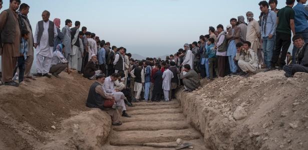 Enterro das vítimas do atentado no Afeganistão causa comoção