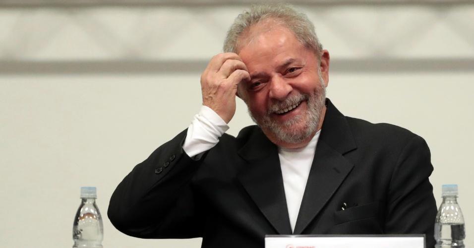 29.jul.2016 - O ex-presidente Lula ri durante participação de painel na 18ª Conferência Nacional dos Bancários, no Parque Anhembi, em São Paulo (SP). Enquanto participava do fórum, Lula soube que a Justiça Federal acatou denúncia e transformou o ex-presidente em réu por tentar obstruir a Operação Lava Jato