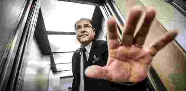 """O """"sensitivo"""" Aristides de Paula trabalha como operador de elevador na Câmara de SP - Lucas Lima/UOL"""