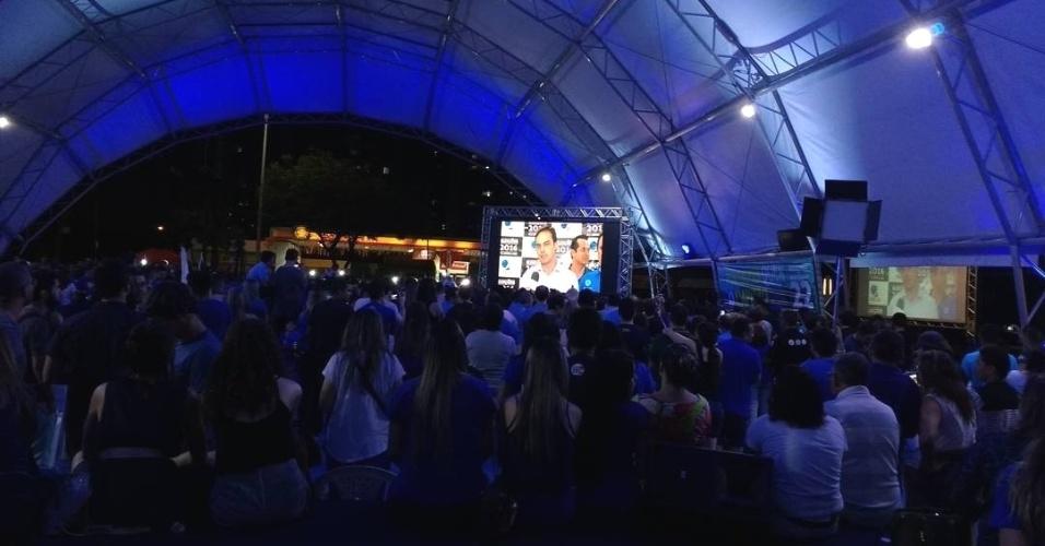 2.out.2016 - Eleitores de Fortaleza acompanham depoimento de Capitão Wagner (PR), no telão, em comemoração a sua passagem para o segundo turno. Candidato enfrentará Roberto Cláudio (PDT)
